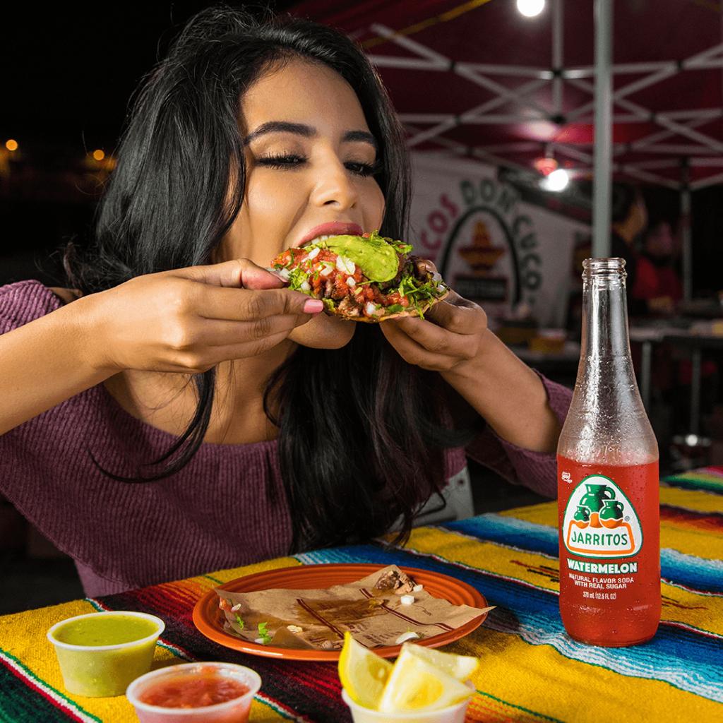 Девушка с мексиканской едой