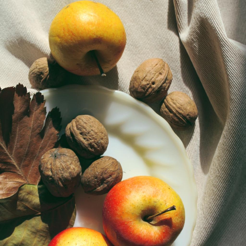 Яблоки и грецкие орехи при болезненной менструации